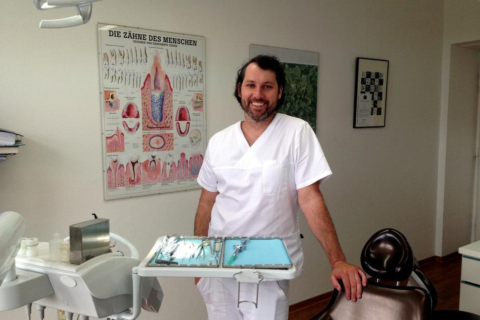 Niels Kciuk (38), Fachzahnarzt für Oralchirurgie, in seiner Praxis im Ärztehaus am Lausitzer Seenland Klinikum Hoyerswerda. Für den Spätherbst 2021 ist der Umzug in den Praxiskomplex an der Einsteinstraße (am Lausitz-Center Hoyerswerda) geplant.