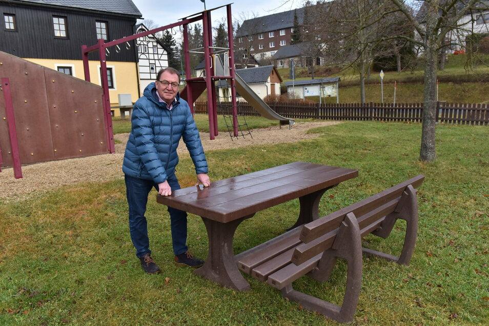 Andreas Liebscher, der ehrenamtliche Bürgermeister von Hermsdorf/E., steht an einer der neuen Garnituren, die der Fremdenverkehrsverein für den Ort gekauft hat.