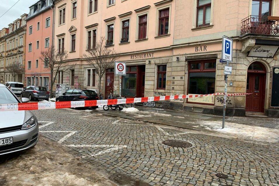 Keiner darf rein, Gefahr im Verzug. Die Polizei sperrte die Sebnitzer Straße in der Neustadt.