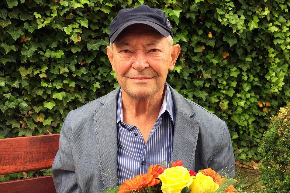 Alfons Blum mit einem Blumenstrauß für seine Frau zum 63. Hochzeitstag.