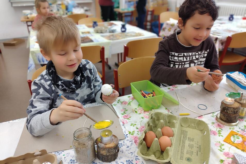 Die Wittichenauer Grundschüler hatten sichtlich Spaß beim Ostereierverzieren. Unter der Anleitung von Gisela Scholze erlernten sie die Wachstechnik. Hinweis zum Foto: Grundschüler brauchen in Klassenräumen keinen Mund-Nasen-Schutz tragen.
