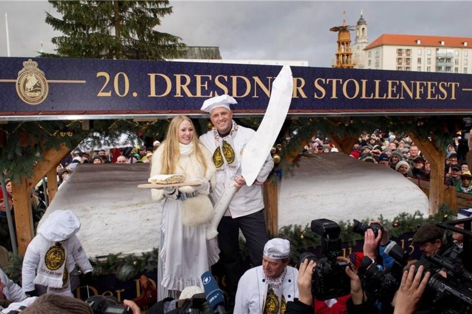 Auf dem Striezelmarkt schritten das amtierende Dresdner Stollenmädchen, Friederike Pohl (l) und Bäckermeister René Krause mit dem Riesenstollenmesser zur Tat.