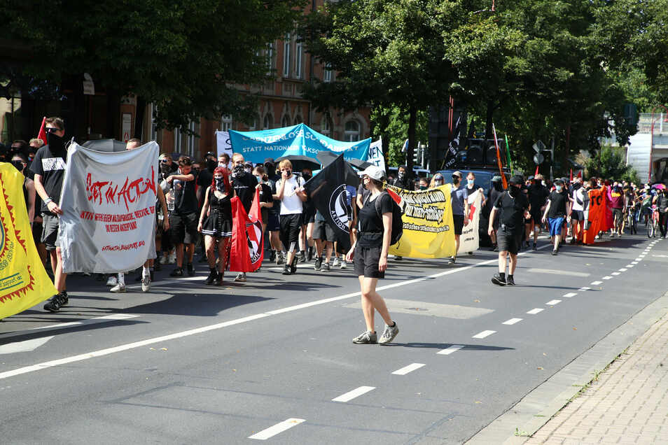 In Erfurt protestierten am Sonnabend Hunderte gegen Rechtsextremismus und Übergriffe der rechten Szene.
