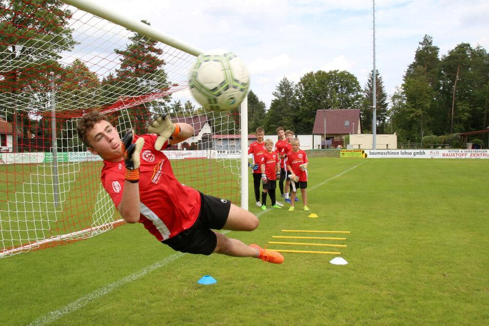 Tim vom SV Holtendorf hechtet schon wie ein Großer nach dem Ball. Beim Camp der Torwartschule Dresden in Niesky will er an seinen Schwächen arbeiten.