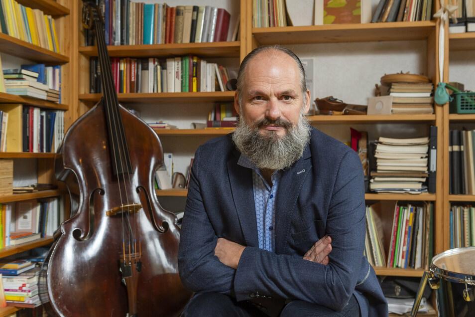 Kilian Forster zu Hause mit seinen Instrumenten.