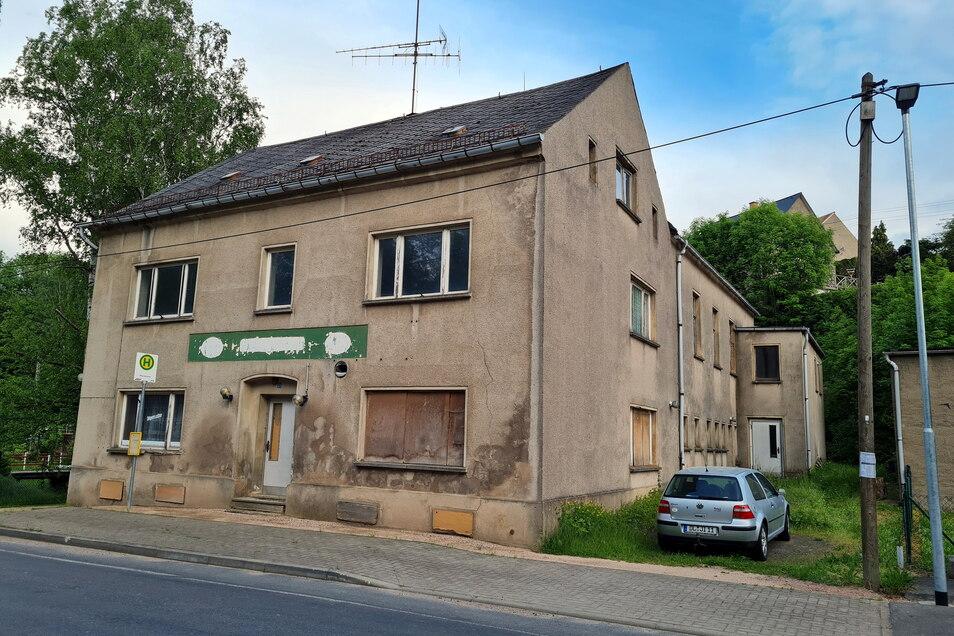 """Der ehemalige Gasthof """"Grüne Aue"""" in Obersteina soll weg. Derzeit versucht die Gemeinde, erneut Fördermittel für den Abriss zu generieren."""