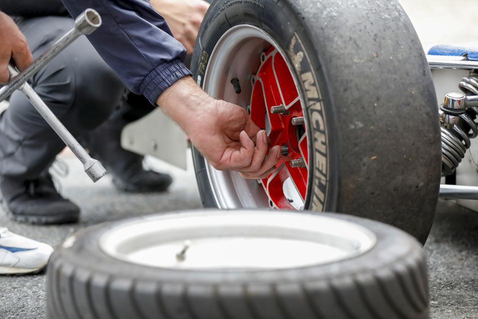 Vorbereitungen: Bevor es auf die Strecke geht, sind neue Reifen nötig.