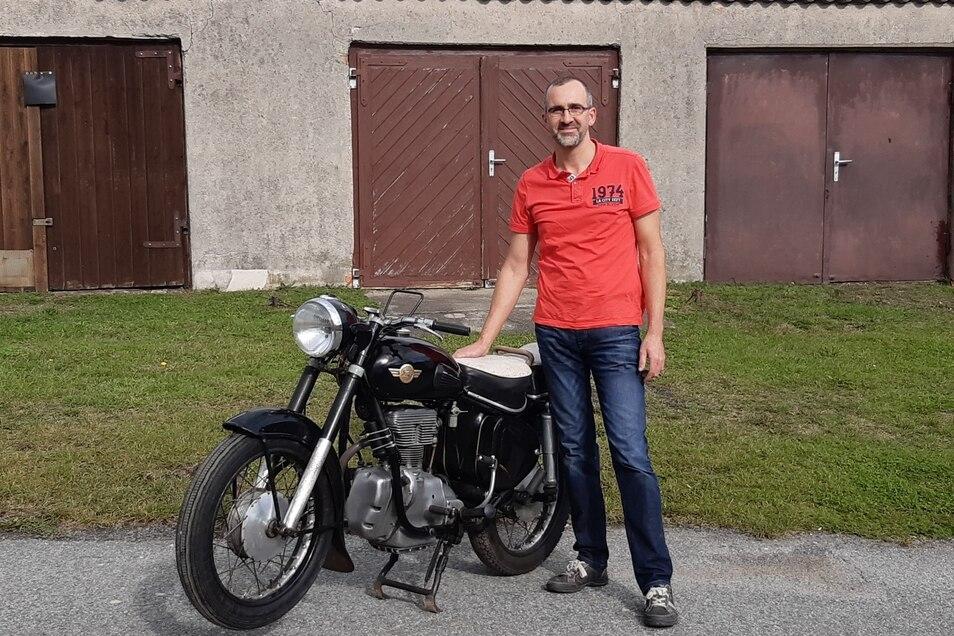 Der Besitzer freut sich darüber, sein Bike zurückzubekommen.