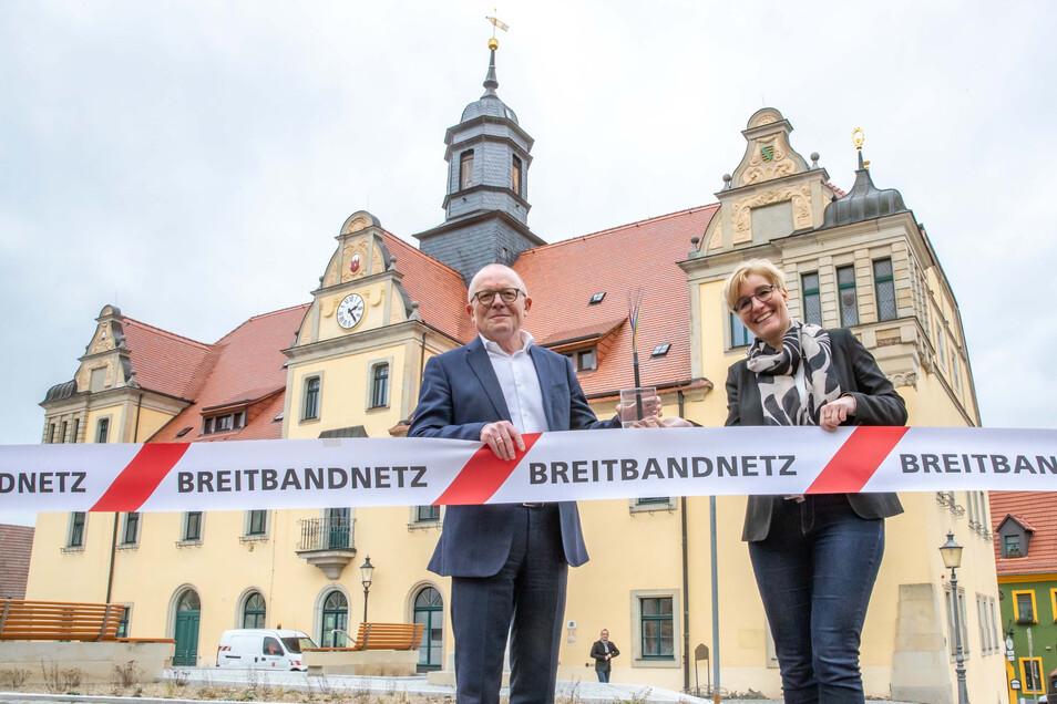 Jetzt gehts los: Bürgermeisterin Dr. Anita Maaß und Enso Netz-Geschäftsführer Wolfgang Jäger haben die Vereinbarung zum geförderten Breitbandausbau unterzeichnet.