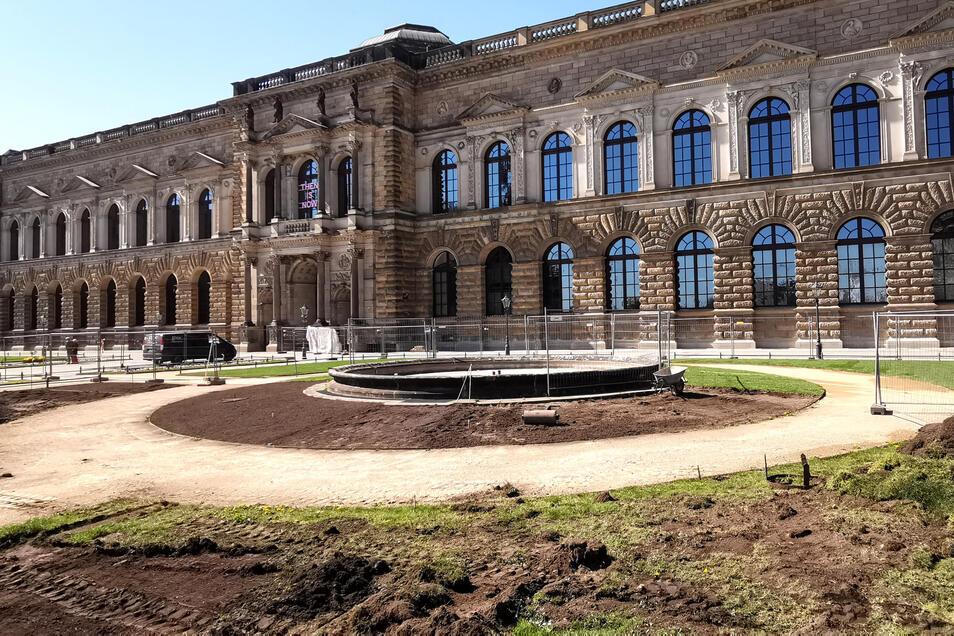 Bis Ende nächster Woche wird noch der letzte Rollrasen auf die Fläche am Theaterplatz aufgebracht.