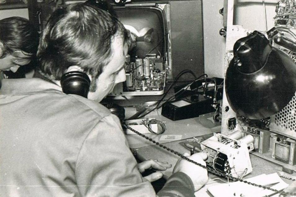 """Die Werkstatt von Radio-Naumann zur DDR-Zeit: Meister Klaus Friedrich am Telefon. """"Wir waren angesehene Handwerker."""""""