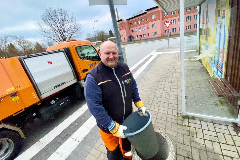 Torsten Gabriel von der Städtischen Dienstleistungs-GmbH Zittau hat gerade an der Chopinstraße einen Papierkorb geleert.