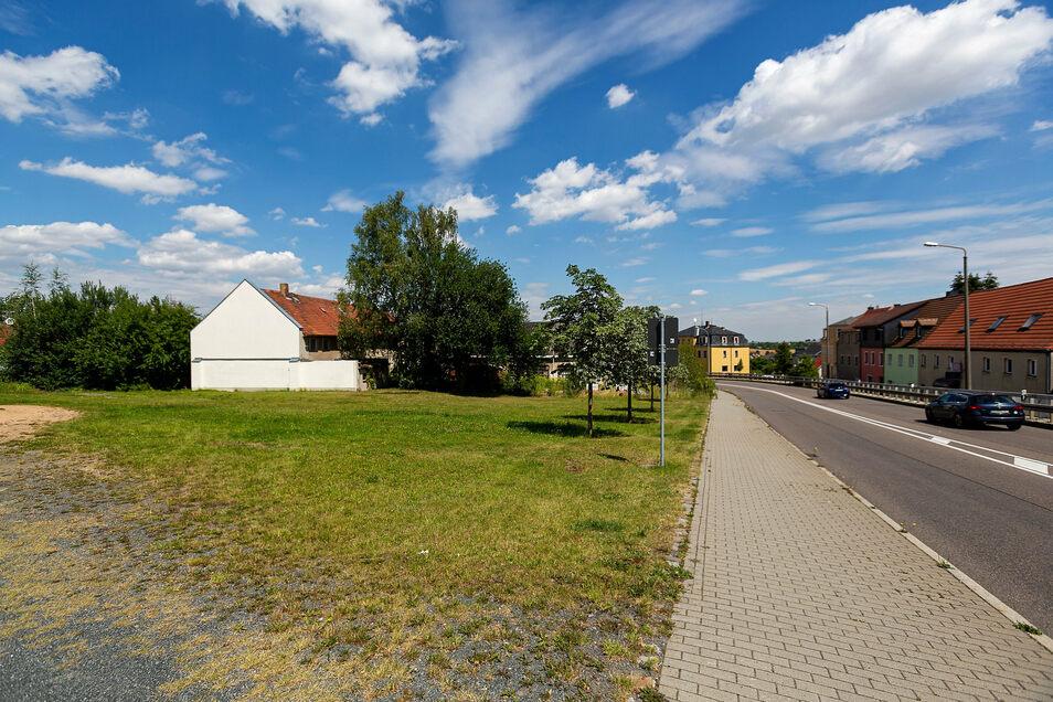Auf dieser Fläche an der B170 in Possendorf sollen Wohn- und Geschäftshäuser entstehen.