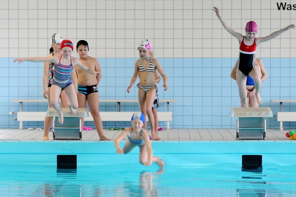 Schwimmunterricht der Grundschule Eibau in der Schwimmhalle Hirschfelde.