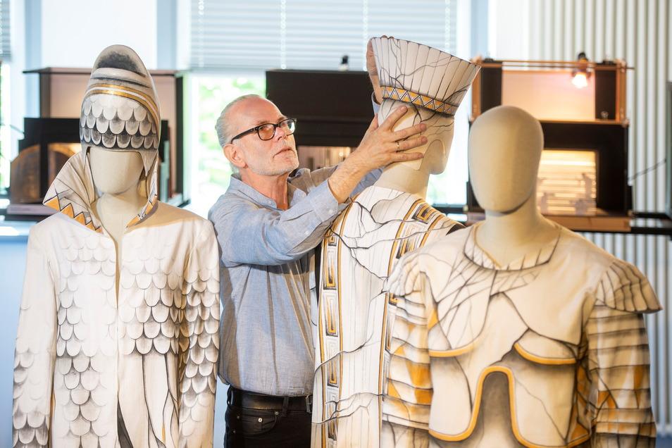 Der Ausstattungsleiter und Bühnenbildner Stefan Wiel legt vor Ausstellungsbeginn im Glasfoyer noch einmal Hand an den Exponaten an.