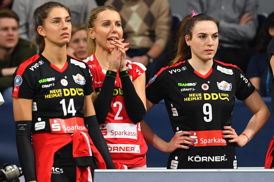 Mareen von Römer (M.) bangte im Pokalfinale mit ihren Kolleginnen Nikola Radosova (l.) und Lucija Mlinar bei jedem Ballwechsel mit. Dass sie selbst das andersfarbige Trikot der Ersatzliberospielerin überstreifen konnte, überraschte auch von Römer.