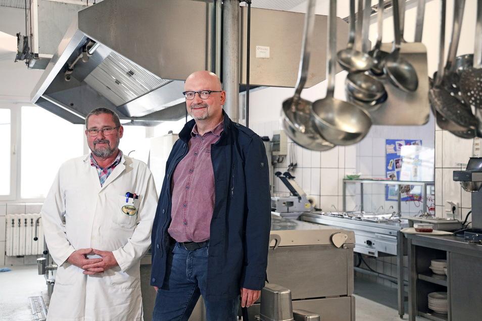 Arbeiten jetzt zusammen: Uwe Sachse, Chef der Menü Gröditz GmbH (li.) und Holger Selle vom Gastroservice Selle. Er ist ab Januar Geschäftsführer von beiden Unternehmen.