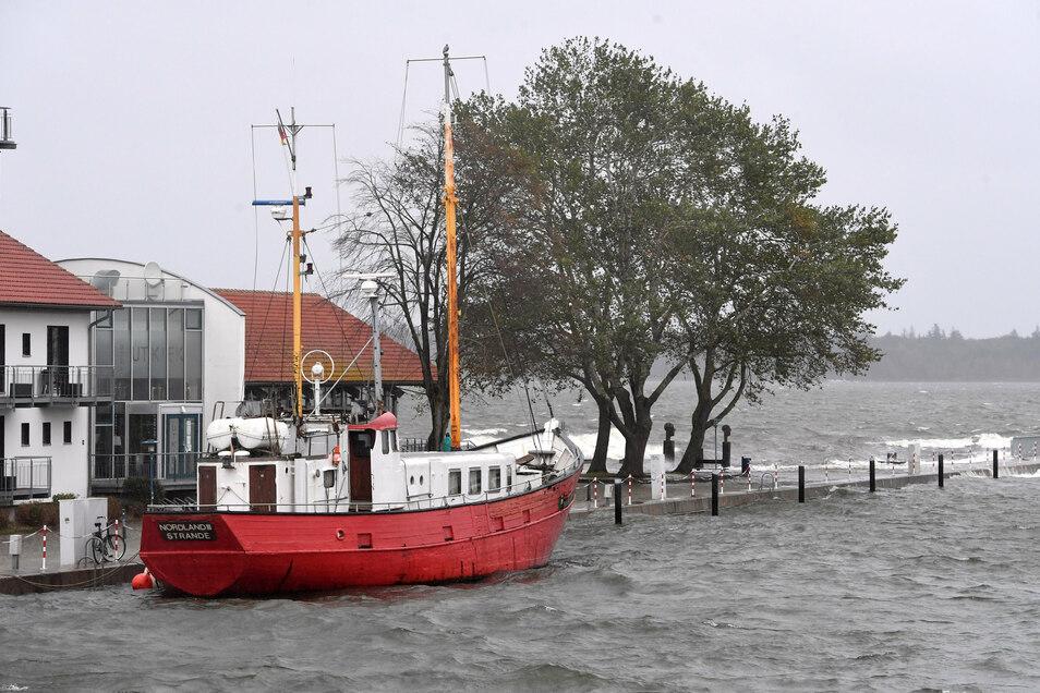 Blick auf den Ryck in Greifswald-Wieck im Landkreis Vorpommern-Greifswald. Sturmböen der Stärken 7 bis 9 sorgen für ungemütliches Wetter und eine Sturmflut an der Küste.