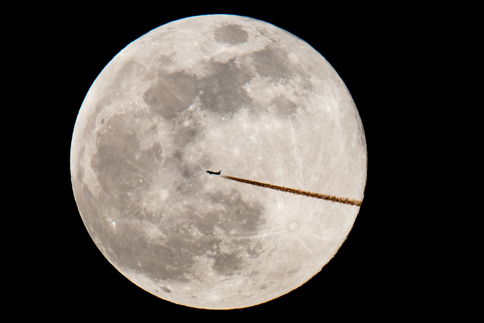 Der Vollmond ist meist nur einmal pro Monat am Himmel zu sehen.