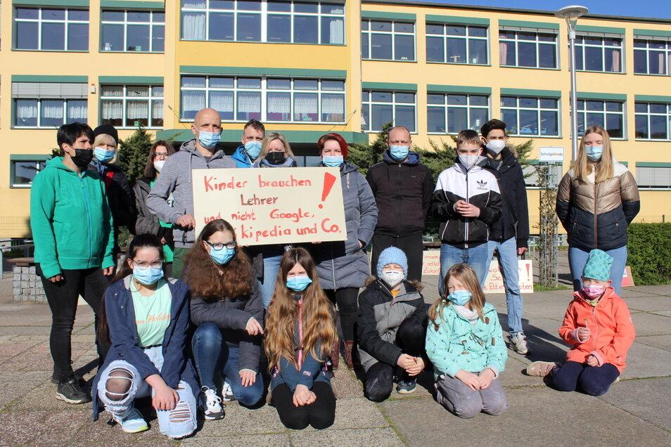 Diese Eltern und ihre Kinder nahmen an dem Protest vor der Oberschule Gröditz teil.