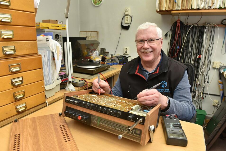 Repariert seit über vierzig Jahren bei Radio-Naumann: Funktechniker Hartmut Schramm, hier mit einem DDR-Radiorecorder R 160.