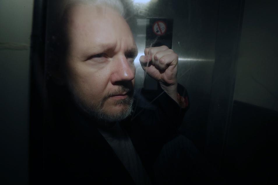 Julian Assange verlässt am 1. Mai das Gericht in London.