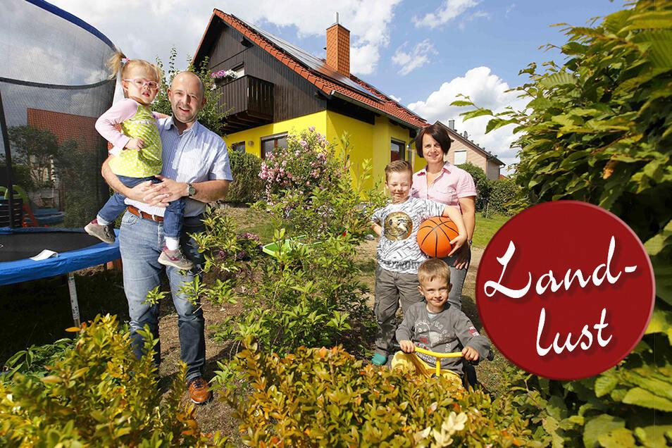 Familie Mildner aus Hohen Neuendorf nördlich von Berlin wohnt jetzt auf dem Bautzner Berg in Kamenz: Papa Ronny mit Tochter Lia, Mutter Kerstin mit den Söhnen Benjamin und Vico (r.).