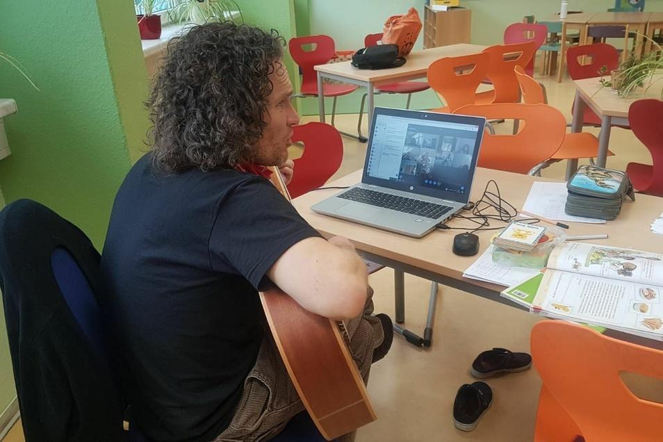 Alleine, aber nicht einsam: So geht Musikunterricht an der Regenbogengrundschule.