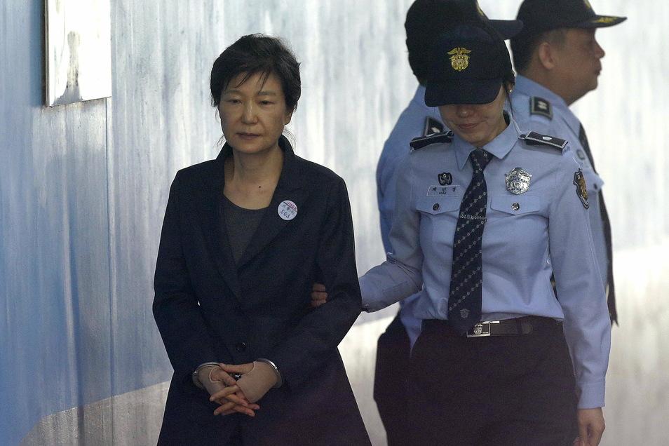 Park Geun Hye (l), ehemalige südkoreanische Präsidentin, kommt zur Anhörung über die Verlängerung ihrer Haft im Seoul Central District Court.