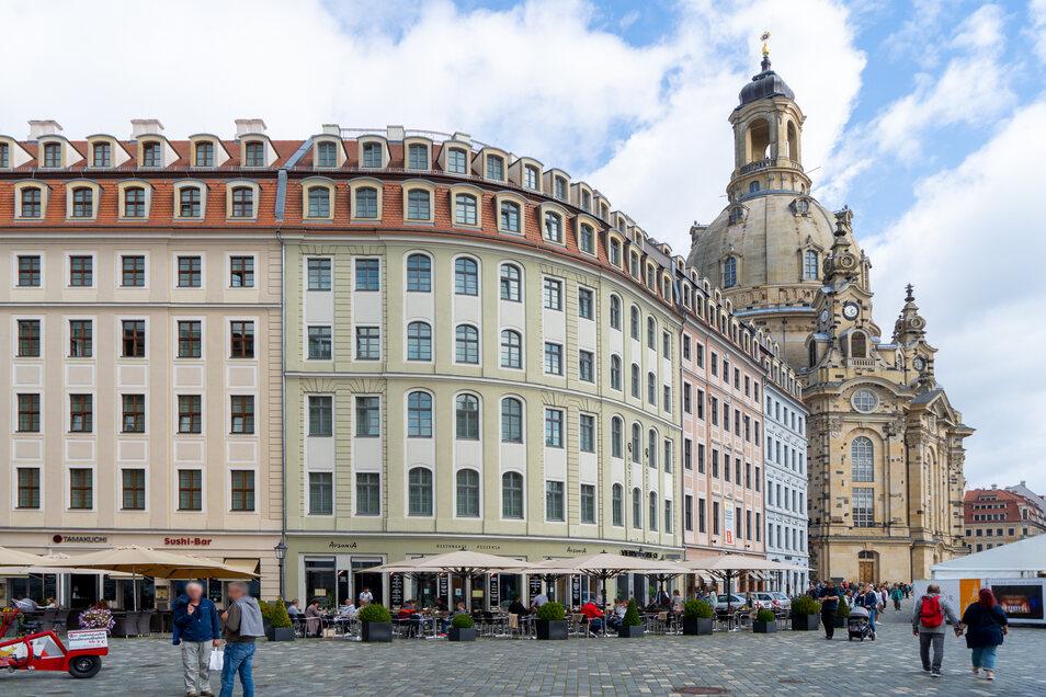 """Vorn das Erdmannsdorfsche Haus, daneben die """"Bogen-Fassade"""" am einstigen Hotel """"Stadt Berlin"""", dann das Weigelsche Haus und dahinter der Goldene Ring - ein Bummel durch die QF-Passage ist auch eine architektonische Entdeckungsreise."""