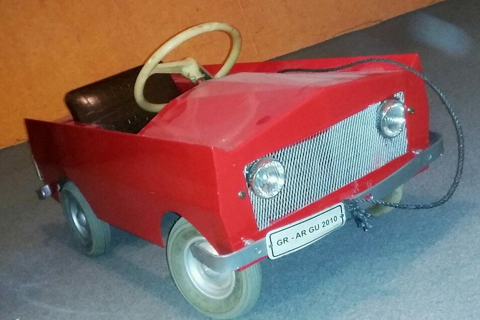 Auch dieses funktionsfähige Kinder-Blechauto der Marke Eigenbau kommt bei der ViaThea-Auktion am Sonnabend unter den Hammer.