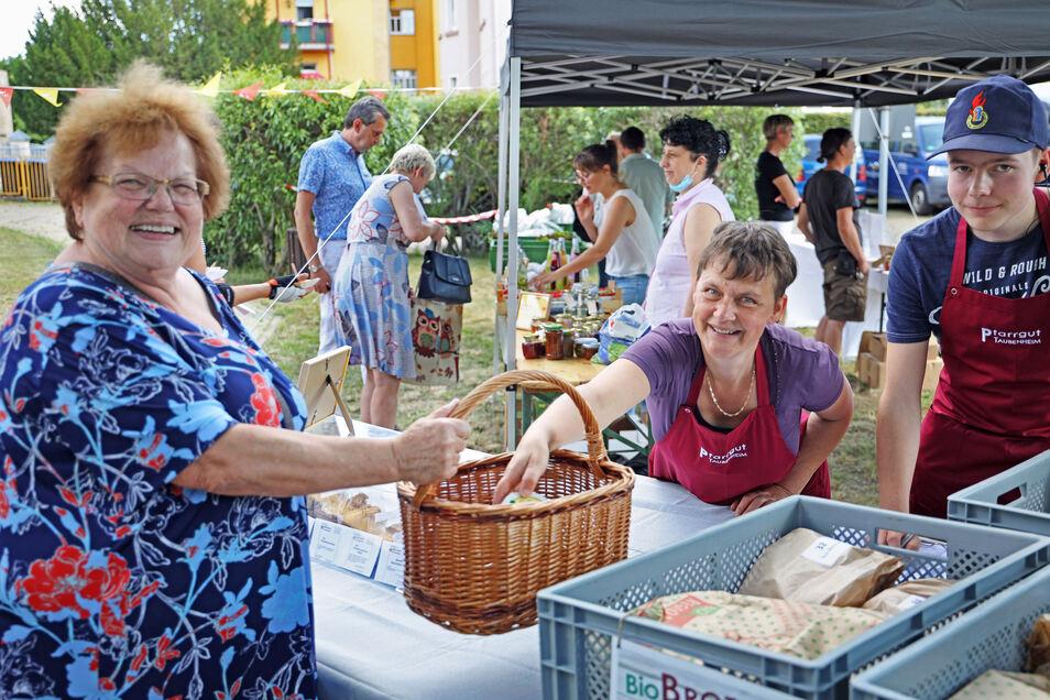 Erster Besuch in Riesas Marktschwärmerei: Gisela Barthel (links) holt sich bei Almuth Krenkel vom Pfarrgut Taubenheim einen bestellten Aufstrich ab.