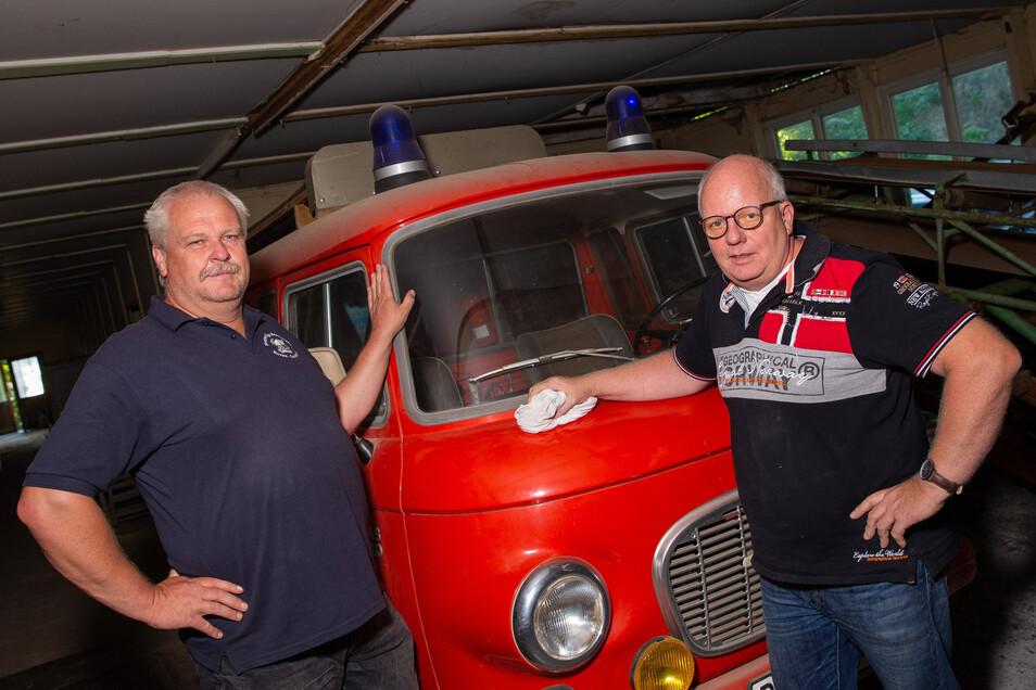 Zwei Männer, ein Barkas, eine Idee: Feuerwehrchef Holger Peukert (l.) und Vereinsvorsitzender Thomas Fischer bauen das Museum der Retter und Helfer auf.