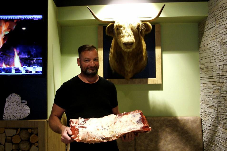 Danilo Dubau mit einem Rinderrücken. Der war mal Teil eines Angus-Rinds.
