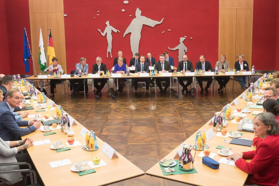 Als Sachsens Vertreter von CDU, SPD und Grünen im Herbst 2019 ihre Verhandlungen zur Bildung einer gemeinsamen Regierung starteten, herrschte viel Optimismus. Heute stehen die drei Koalitionspartner vor sehr schwierigen Entscheidungen.