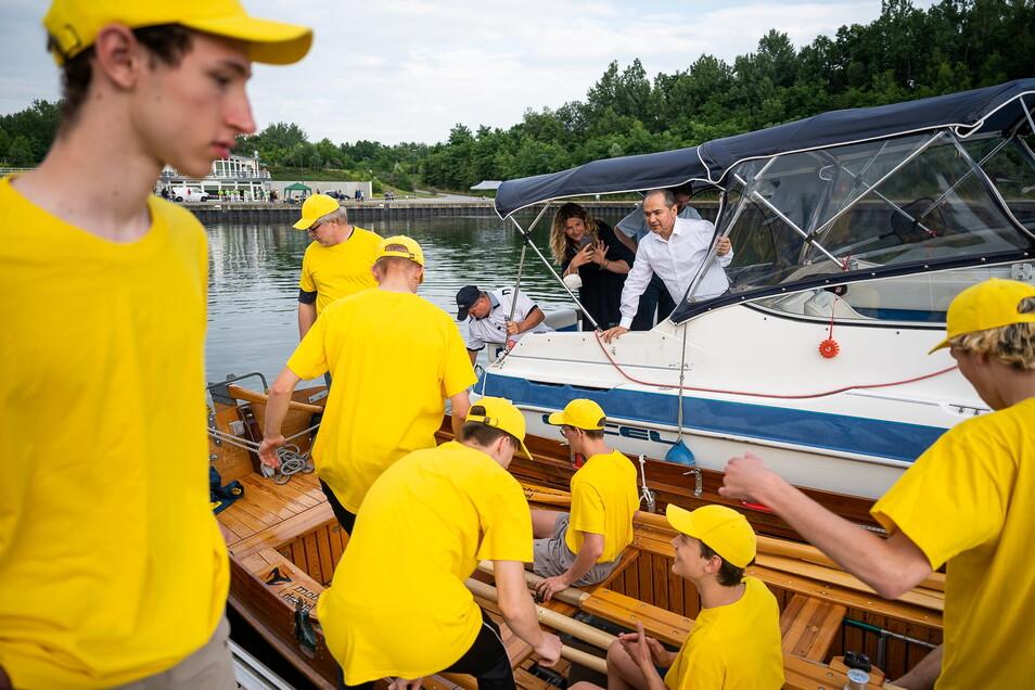 Das Team des Augustum-Annen-Gymnasiums in den gelben T-Shirts wurde unter anderem vom Görlitzer OB, Octavian Ursu, zur Startlinie an der Blauen Lagune begleitet.