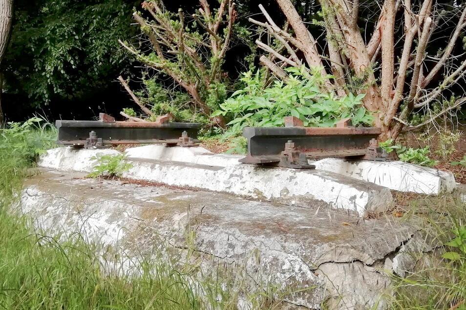 Der Sockel ist seit einigen Wochen leer. Eine ein bis zwei Tonnen schwere Lok-Achse stand hier als Schaustück nahe des früheren Bahnbetriebswerkes in Kamenz. Offenbar durch den Vandalismus wurde auch der Sockel beschädigt.