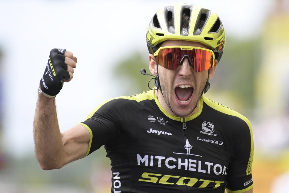 Simon Yates aus Großbritannien vom Team Mitchelton-Scott jubelt im Ziel über den Etappensieg.