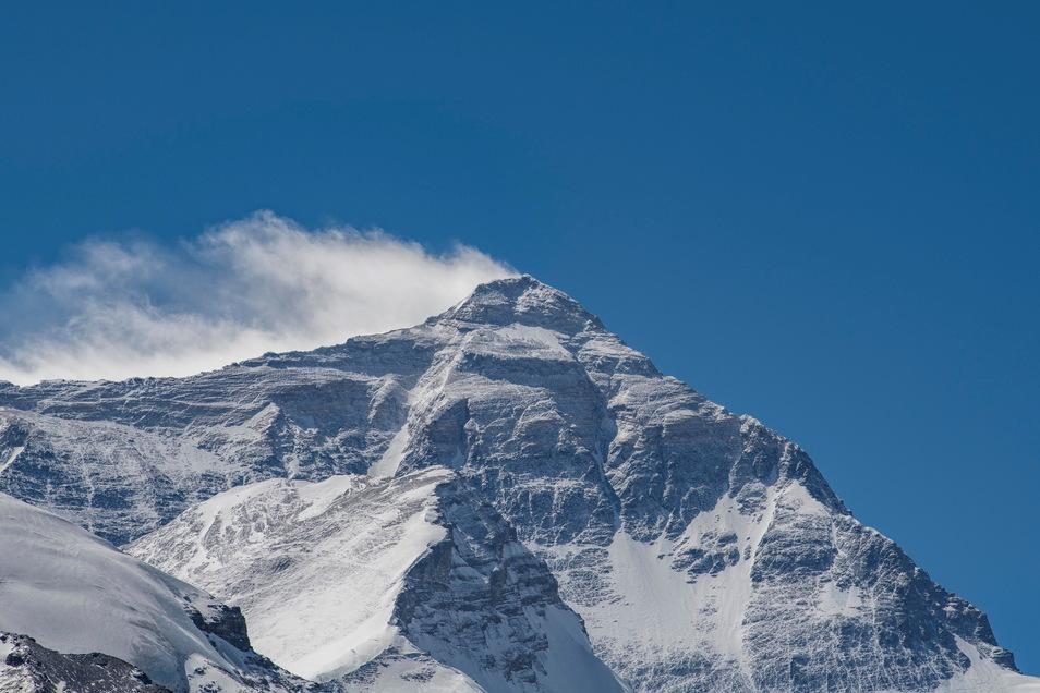 Der Berg Qomolangma, die tibetische Bezeichnung für den Mount Everest, ist der höchste Gipfel der Erde - und daher für manchen Bergsteiger eine zu große Herausforderung.