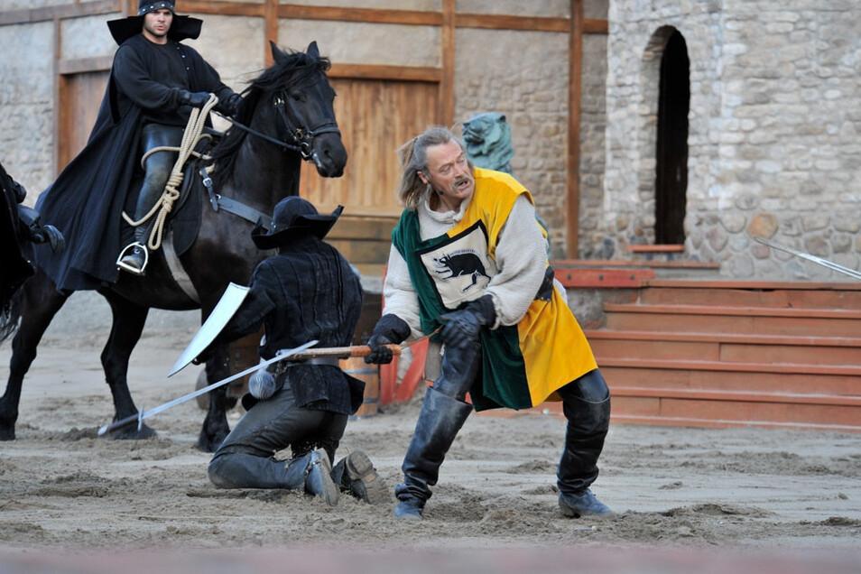 Jürgen Haase ebenfalls in Ralswiek im Jahr 2009 in Aktion. Als Tempelritter, der nach dem Kampf von zwei Pferden über die Bühne geschleift wurde.