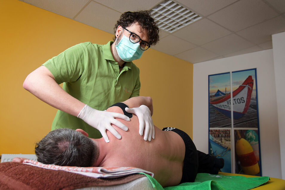Physiotherapeut Martin Schmidt behandelt im Solemed in Leisnig weiter Patienten, wenn dies medizinisch notwendig ist.