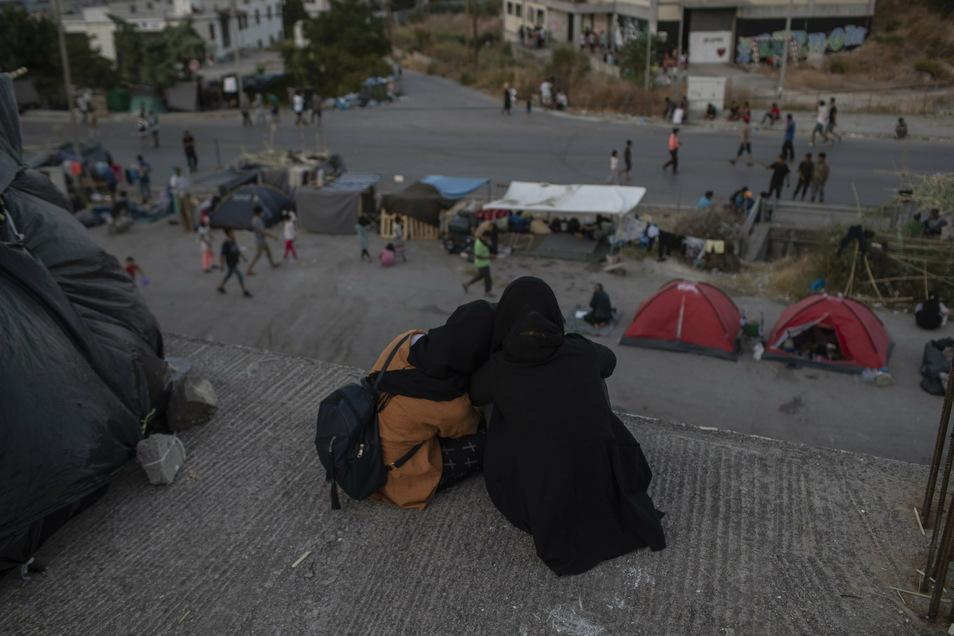 Auch nach Öffnung von Ersatz-Unterkünften bleibt die Lage auf Lesbos angespannt. Viele Migranten weigern sich, dort hinzugehen, und bleiben auf der Straße.