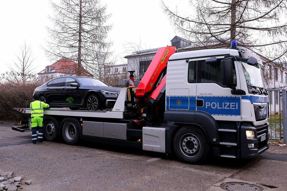 Auch sogenannte Vermögenswerte wurden sichergestellt: Ein Auto wird in Dresden-Reick von der Polizei abgeschleppt.