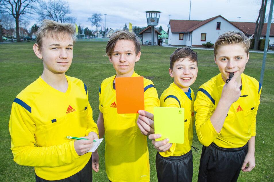 Im vergangenen Jahr ließen sich Jonas Simon, Ansgar Eichholz, Arthur Noack und Julius Dittrich (v.l.) beim FV Eintracht Niesky zu Schiedsrichtern ausbilden. Bekommt nun der gesamte Breitensport die rote Karte?