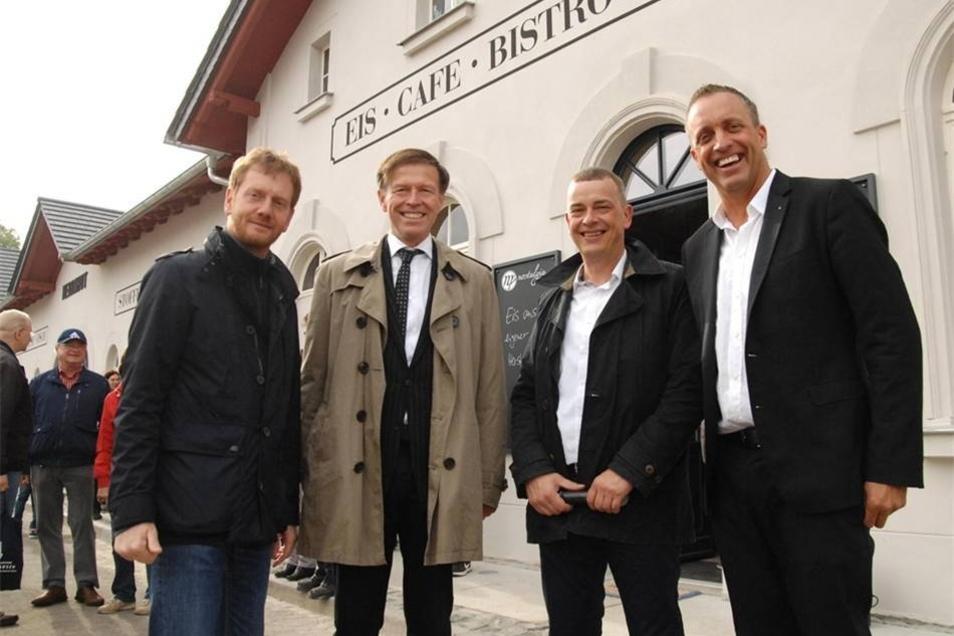 Geballte Freude über die Eröffnung des Herrnhuter Bahnhofes natürlich beim Bauherren Daniel Neuer (rechts), der das Gebäude 2011 privat ersteigert hatte. Mit ihm freuen sich auch Michael Kretschmer (MDB, CDU) , Matthias Rößler (Präsident des Sächsischen Landtages) und Willem Rieke (Bürgermeister von Herrnhut). Für die erfolgreiche Sanierung erhielt...