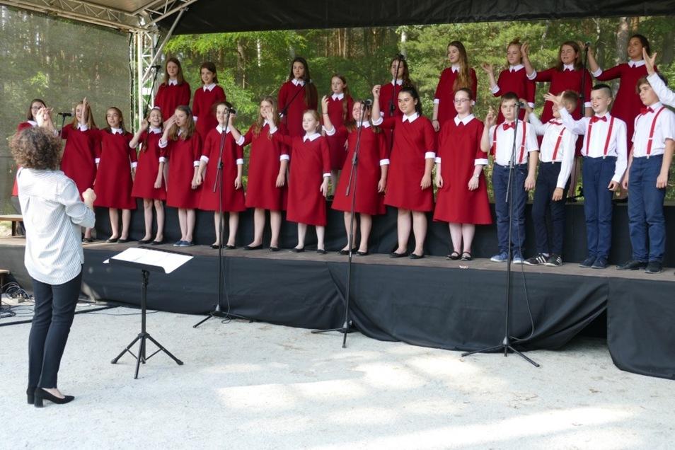 Der Chor Canto Veluce beim Auftritt im Geopark Muskauer Faltenborgen.