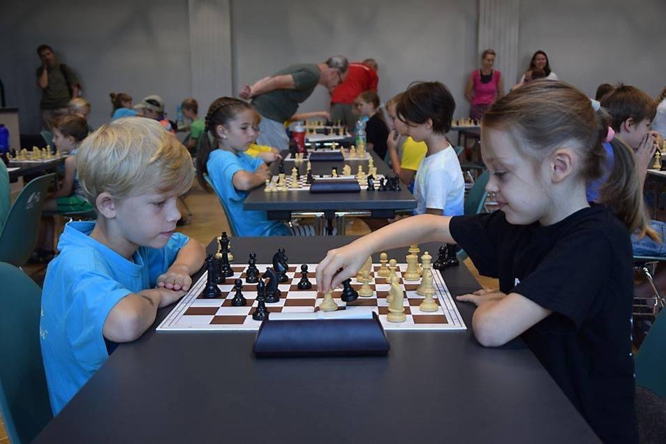 Konzentration am Schachbrett: Im Bild zu sehen sind Johann Luchscheider und Charlotte Bärwald, beide spielen in der Altersklasse U 10.