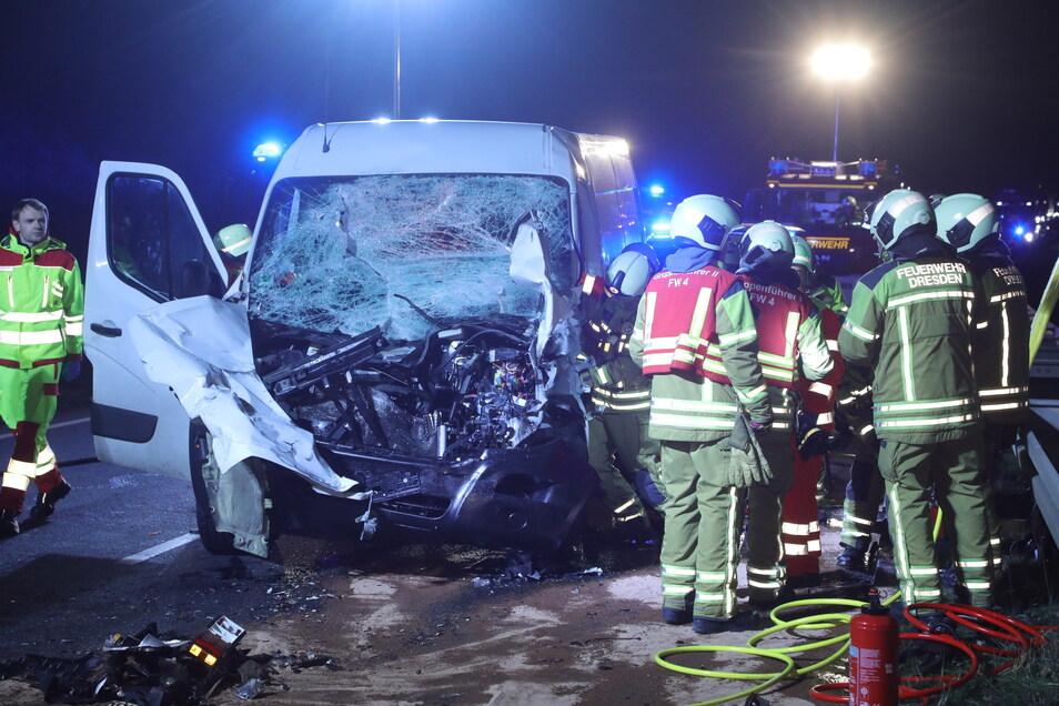 Der Fahrer des Transporters war nach dem Unfall in seinem Wagen eingeklemmt.