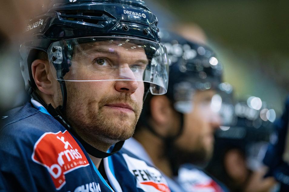 Bedient: Eislöwen-Verteidiger Alexander Dotzler. Der Dresdner Eishockey-Profi unterlag am Freitagabend mit seinem Team Crimmitschau nach Verlängerung.