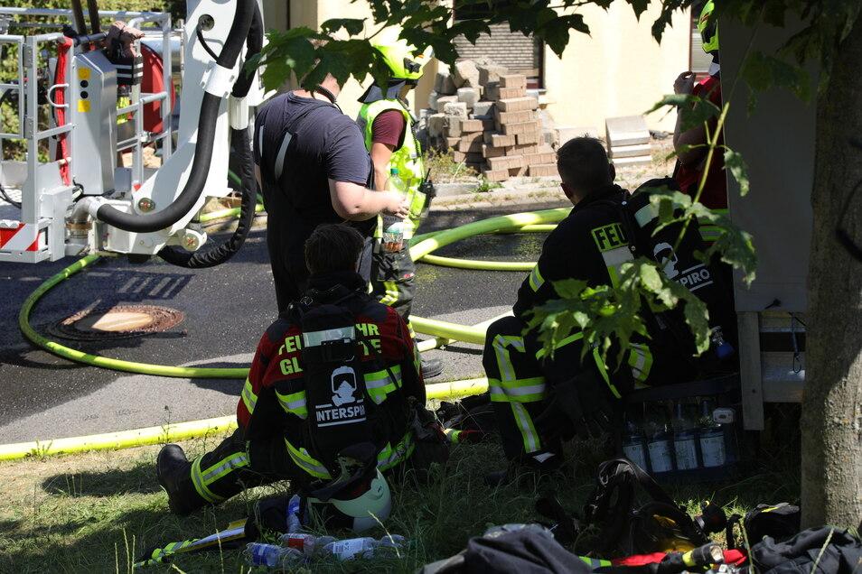 Die extreme Hitze setzt auch den Feuerwehrleuten zu.